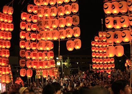 秋田の竿燈(かんとう)まつりの音色と提灯の彩りが素敵です。