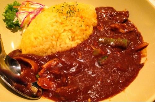 秋田駅に隣接してるアルヴェの2階にあるChico la  cafe(チコラカフェ)で季節の野菜とローストチキンのカレーを食べました。