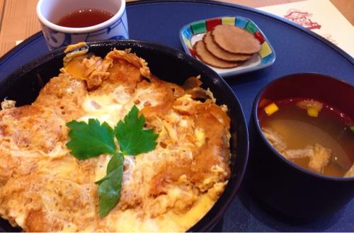 秋田空港で飛行機を見ながらカツ丼を食らう日があってもいいと思う。