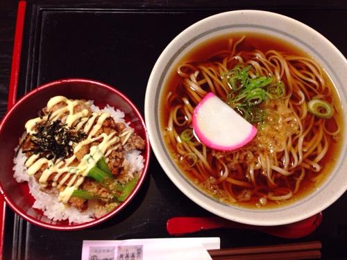 秋田駅隣接のアルヴェ内にある和風なお店「のんべえくうべえ」。丼&そばのセットは、かなり庶民派でした。