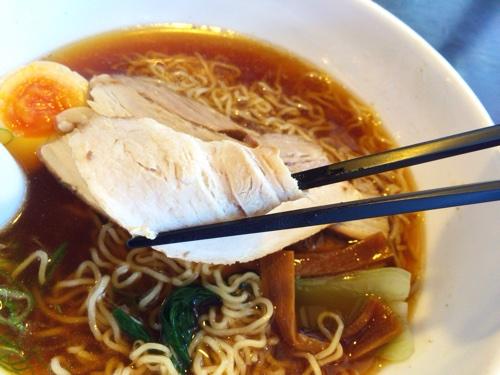 秋田空港内のレストラン、あきた茶房の「でかチャーシュー入り!」なラーメンは、本当にチャーシューでかい。